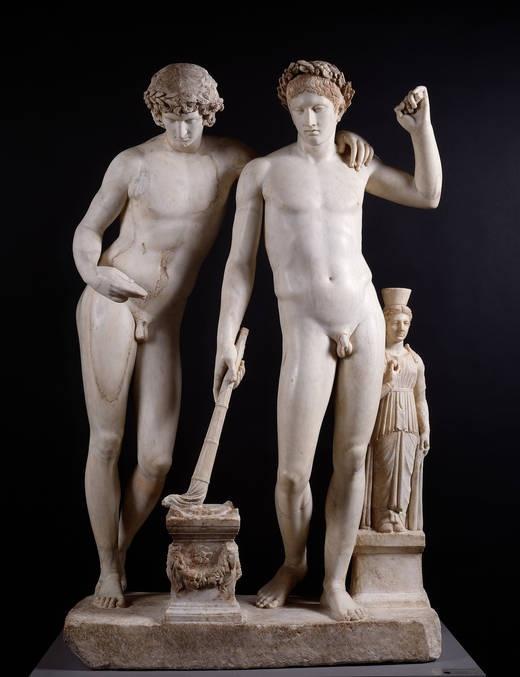 Grupo llamado de San Ildefondo. La cabeza de la estatua izquierda está añadida al original griego y es testa de Antinoo. El falo de dicha estatua no fue reconstruido, por pudor. Museo del Prado, Madrid.