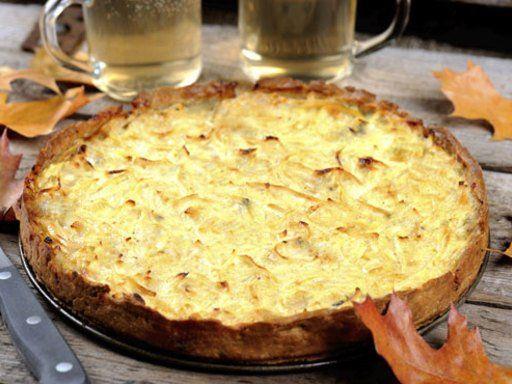 Zwiebelkuchen ist ein Klassiker, der zu jeder Jahreszeit lecker schmeckt. Entweder warm und frisch aus dem Ofen, oder kalt zu einem frischen Salat.