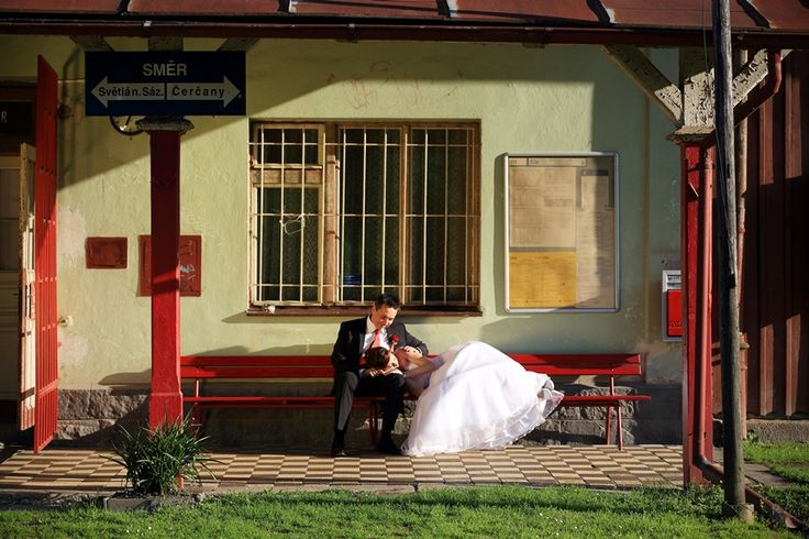 novomanželé na nádraží