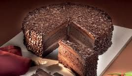 Muerte por chocolate,en esta receta me gusta el relleno y la  cubierta.se llama asi  porque moriríamos por un pedazo. Su textura es rica y voluptuosa. Es lo que se llama una extravagancia de chocolate porque el bizcocho, el relleno y la cubierta están hechos de chocolate.Para los mas golosos chocolateros.