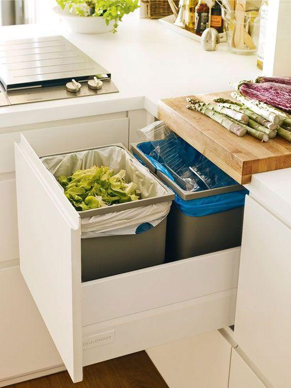 Camufla tus cubos de basura en armarios para que no desentonen con tu cocina.