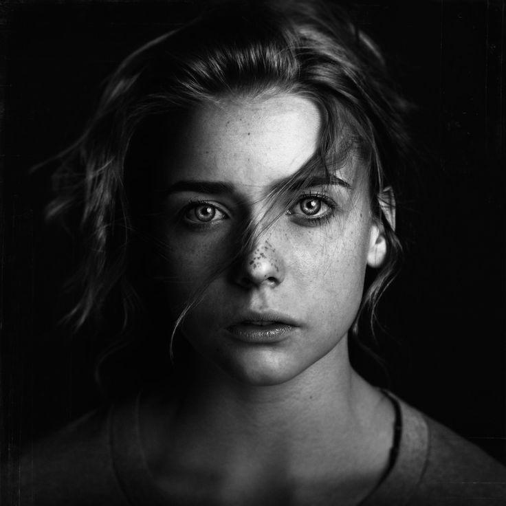 Avocat de profession, Brian Ingram est un photographe très talentueux pendant son temps libre. Cet américain de 38 ans nous offre en effet des portraits absolument remarquables aux contrastes fascinants. Et ce aussi bien en couleurs qu'en noir et blanc. Pour en voir davantage, visitez son 500px et son Behance.