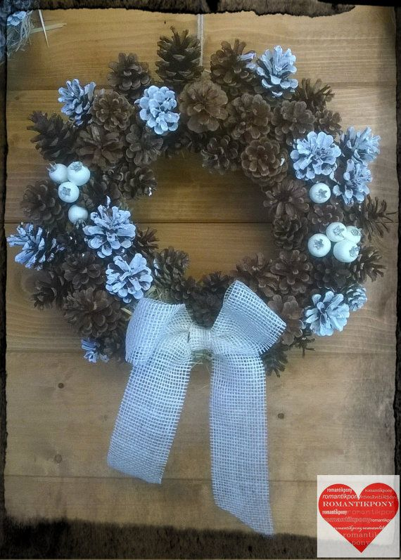 Benventuto nel mio negozio!  Rendi speciale il tuo natale decorando la tua porta con questa magnifica ghirlanda natalizia con pigne!  Realizzata con