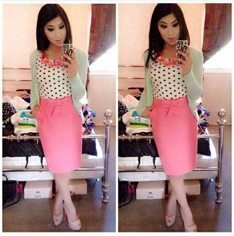 Falda rosa recta con lazo.