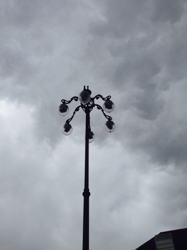 Kaikki lamput erilaisia kuten myös penkit. Keräilyeriä