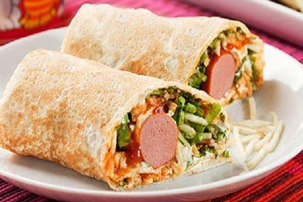 Wrap Dog: Os wrap são sanduíches embrulhados ou enrolados em pães de massa bem fininha. Nessa receita é utilizada salsicha, alface, batata palha e requeijão! Experimente!