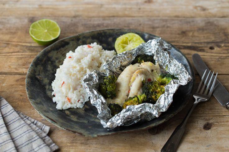 Oosters vispakketje met gestoomde broccoli en rijst