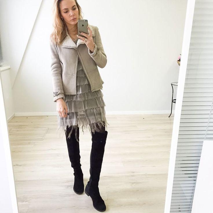 Ну оооочень крутая косуха, помимо чёрной в гардеробе обязательно‼должна быть и светлая кожа! Исправляемся и берем😂 Куртка Balenciaga всего за 55.000₽💥, Размер 40🌷 Платье Alberta Ferretti с актуальной сейчас шелковой полупрозрачной фактурой и милейшими перышками, р-р 42it, цена 25.000 ₽😍😍😍 ➖➖➖➖➖➖➖➖➖➖➖➖➖ 🏠Москва, Камергерский пер., 5/7 (11-21 ежедневно) 📲Whatsapp, Viber,  Tel ➡+7-925-204-80-21-Карина👸🏼 💻Сайт http://wonderland.space (активная ссылка в профиле @wonderland.space )…