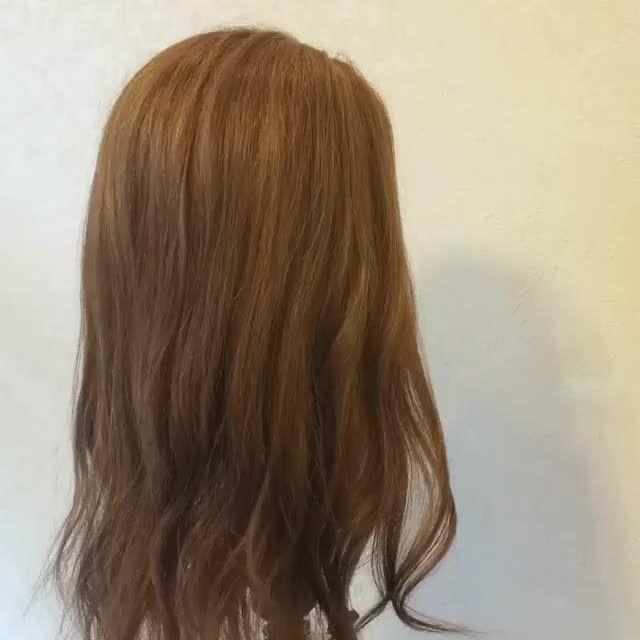 photo by @hair39 どんなに忙しい朝もちゃんとヘアアレンジしている女性ってなんだか憧れちゃいますよね。 時間をかけなくてもコツさえ掴めばきっと今より楽しくなるはず。  時短アレンジを教えてくださるのは 大阪府梅田にある「fur(フューア)」の荒川実駒さんです。 朝時間をかけずに出来て、1日中崩れないアレンジという 女性の願いを叶えてくれるヘアアレンジ♡  1.ハーフアップをくるりんぱ  2.下の毛を三つ編みしてくるりんぱの部分でピンで止める という簡単なアレンジですが、とても凝ったアレンジに見えますよね♪ トップの髪の毛をほどよく引っ張りだすのも忘れずに。  夏祭りやレジャーなど髪の毛をまとめる機会が多くなる夏こそ ヘアアレンジのバリエーションを増やすチャンスです♡ みなさんも是非チャレンジしてみてくださいね。 . #MERY #mery_hair_arrange #mery_hair_long #mery_hair_medium #ヘアアレンジ #ヘアアレンジ解説 #ヘアアレンジ動画 #ヘアスタイル #セルフアレンジ #簡単アレンジ #時短アレンジ #ミディアム…