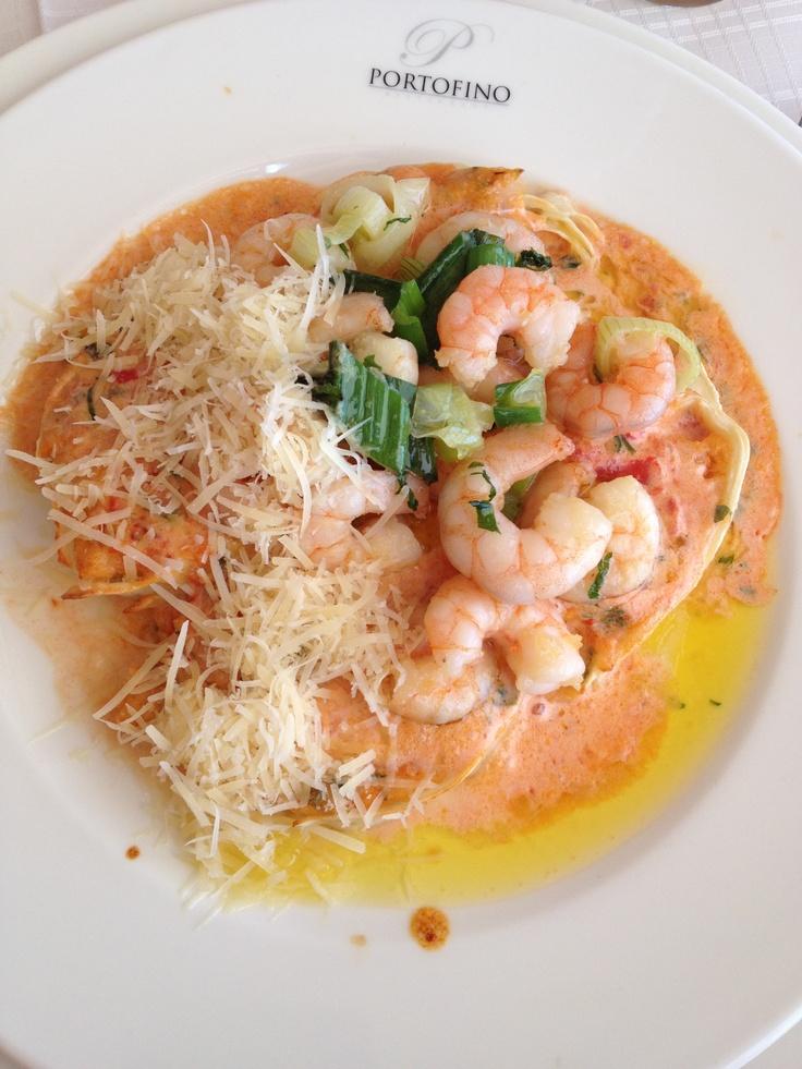 Pasticelli Rossini: Rotolo relleno con ostiones y camarones, queso parmesano y estragón bañado en salsa rosa de crema y tomates, gratinado al horno con camarones salteados, en Portofino