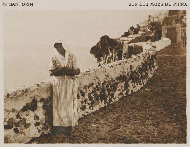 Δρόμος στα Φηρά. Santorin – Sur les murs de Phira. Χρονολογία έκδοσης: 1919 BAUD-BOVY, Daniel, BOISSONNAS, Frédéric. Des Cyclades en Crète au gré du vent, Γενεύη, Boissonnas & Co, 1919.