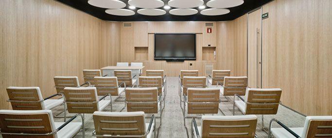 8 salas de reuniones con capacidad hasta 85 personas El MEETING PLACE de Castellana 81 cuenta con ocho salas de reuniones, de diversa capacidad, dotadas de la última tecnología.  El alquiler de las salas incluye:Este equipamiento puede ser ampliado con servicios complementarios como catering o azafatas. Todas las salas