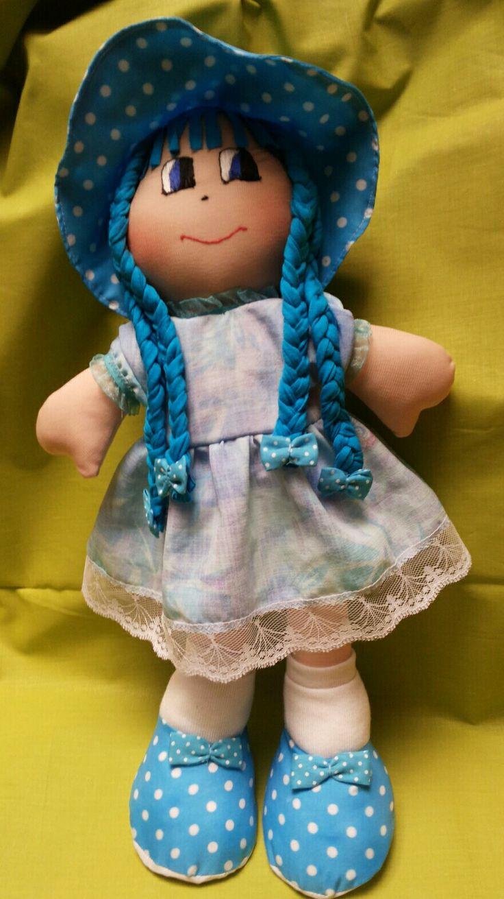 Esta muñeca la hice para mi madre,ella la mantiene sentada en su cama.