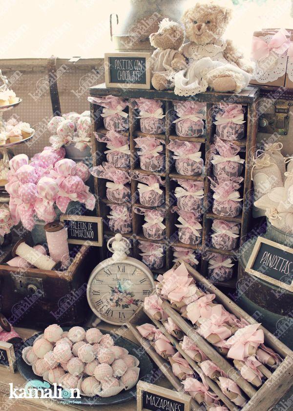 www.kamalion.com.mx - Mesa de Dulces / Candy Bar / Postres / Teddy / Rosa / Pink / Rustic Decor / Dulces / Madera / Lechero / Maletas / It's a girl / Vintage / Cupcakes / Macaroons / Bautizo / Sewing machine / reloj / clock.