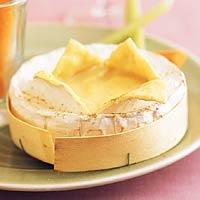 In oven gesmolten camembert; lekker om groenten of brood in te dippen!