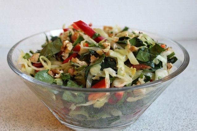 Stegt spidskåls salat med spinat, tomat og peberfrugt http://froekenfoodie.dk/stegt-spidskaals-salat-med-spinat-tomat-og-peberfrugt/