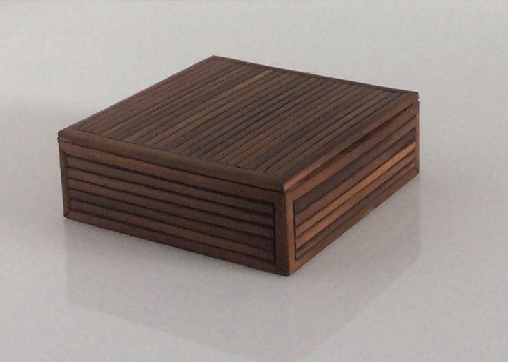 Scatola quadrata in legno di bambù tinto scuro. H.cm.4x11x11.