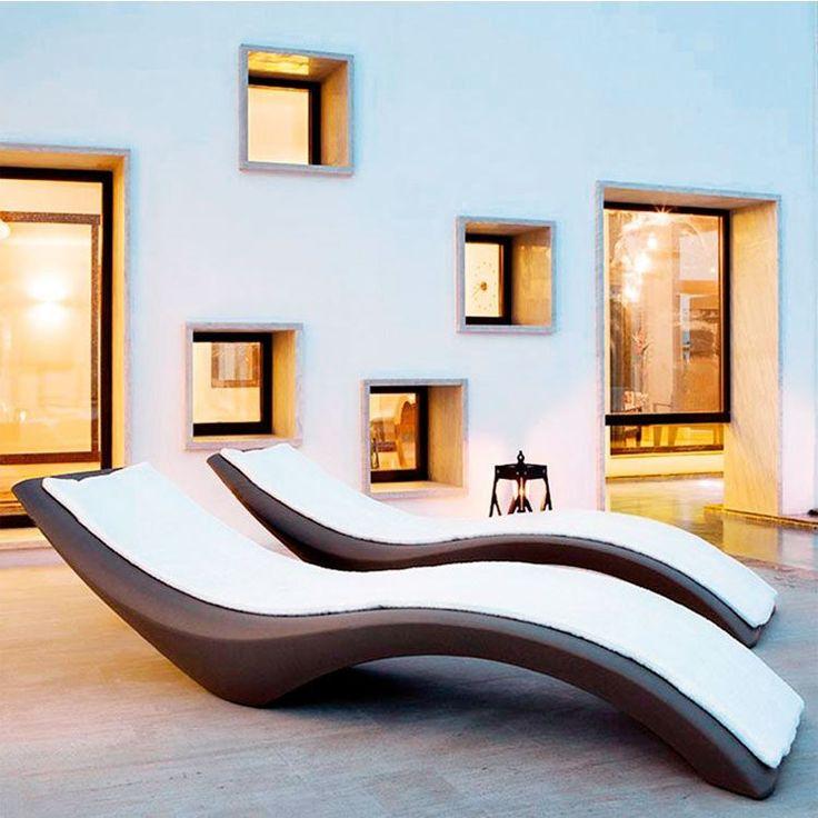 Het ligbed Cloe is afkomstig uit de collectie van Myyour; zeer origineel en modern meubilair voor tuin, zwembad en terras. Myyour is een divisie van een gerenomeerde Italiaanse toeleverancier van kunststof meubels en meubelonderdelen.