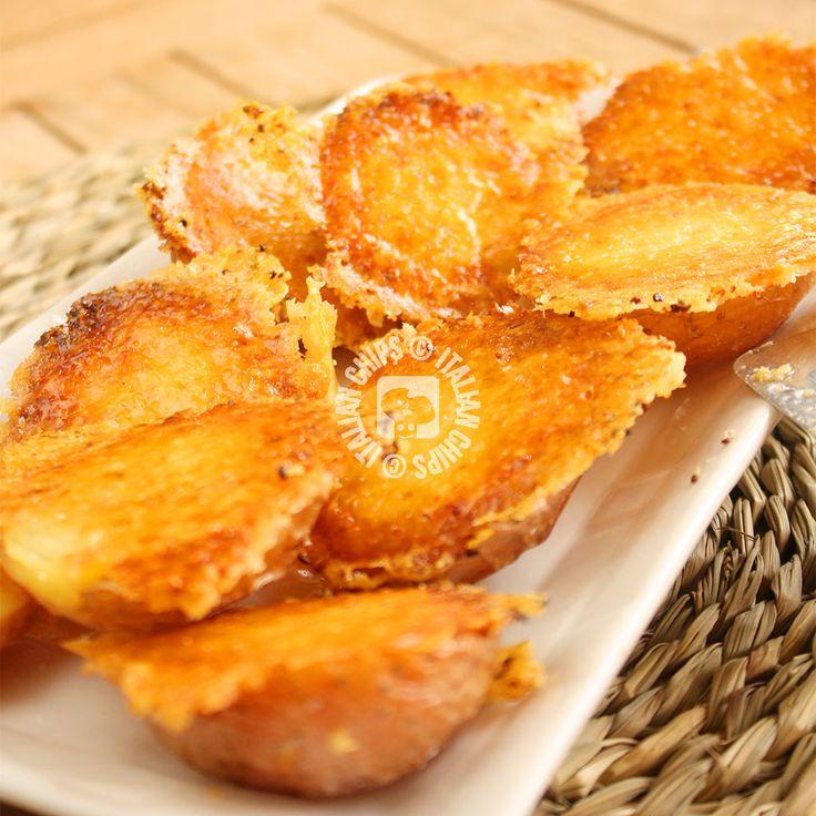 Patate Arrosto…con Parmigiano! Le patate arrosto già sono buone di per sé, ma se aggiungiamo una crosticina di Parmigiano e aglio diventano…irresistibili!! Appena ho visto questa ricetta sapevo già che mi sarebbe piaciuta tanto. E' una di quelle ricette che sono più che ricette, delle belle idee. Perché non c'è gran che da preparare, ma …