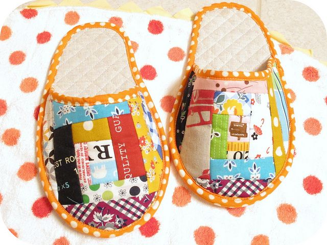 Log cabin slippers - By sewtakeahike: Pots Holders, Patchwork Slippers, Sewing Ideas, House Shoes, Quilts Photo Holders, Quilts Slippers Cut, Cabin Slippers, Logs Cabin, Diy Slippers