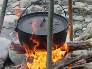 De Lodge Logic Deep Camp Dutch ongeëmailleerde gietijzeren stoof- of braadpan heeft een diameter van 25,4 cm. De inhoud bedraagt 4,7 liter. In deze extra diepe pan met roestvrijstalen hengsel en pootjes bereidt u voedsel op direct vuur, zoals een kampvuur.