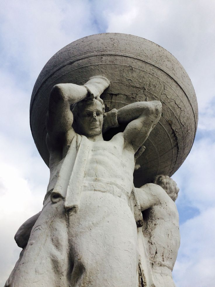 """Скульптура у действующего театра """"Стрела"""". Выглядит очень эффектно, не смущает даже """"плачевное"""" состояние. Трещины в тему."""