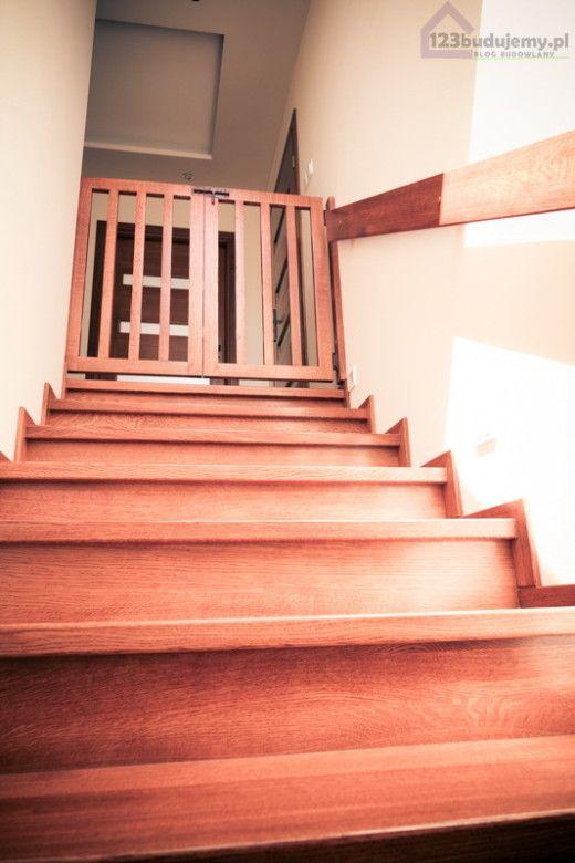 drewniane schody, bramka zabezpieczająca dzieko Keeping baby safe   #stairgate  #babyproofing #safetygates