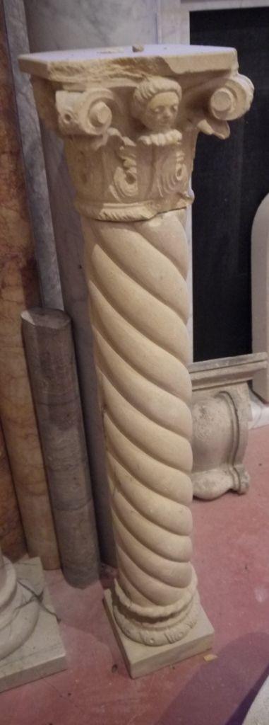 Colonna  in pietra a torciglione - http://www.achillegrassi.com/de/project/colonne-pietra-3/ - Colonna tortile con capitello corinzio inPietra gialla di Vicenza levigata Dimensioni:  89cm x 20cm x 20cm
