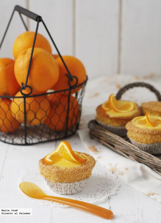 """Esta receta de cupcakes de almendra con glaseado de naranja es muy fácil de preparar, tanto que casi la hizo mi hijo él solo. Estaba tan """"orgulloso"""" que me d..."""