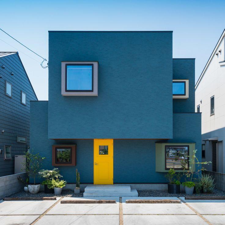 . 今日は、クシの日。 写真は美容室を併設したお家。 プライベート空間とショップを ほどよく区切るのが大切です。 #BOX #外観 #塗り壁 #特注色 #造作ドア #ヒバ #黄色 #モルタル #枕木 #鉢植え #サボテン #庭 #アクセント #立体感 #美容室 #中庭 #自分らしい暮らし #デザイナーズ住宅 #注文住宅新築 #設計士と直接話せる #設計士とつくる家 #コラボハウス #インテリア #愛媛 #香川