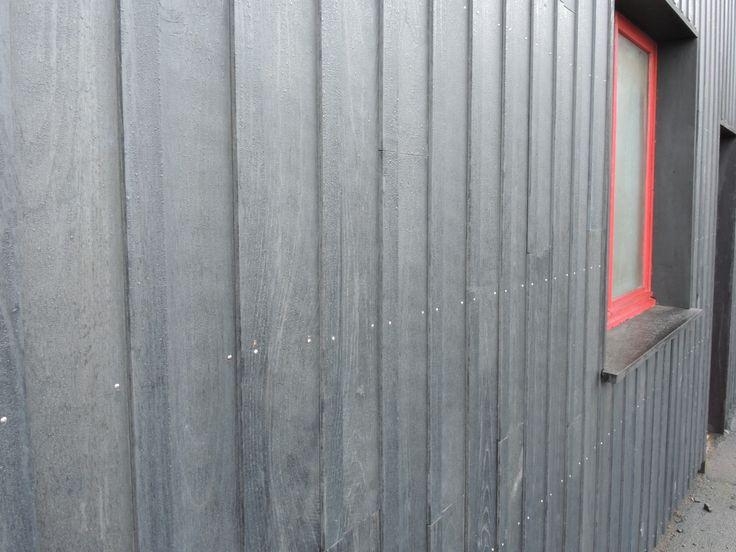 Résultat d'un processus de grisaillement naturel du bois de châtaignier, le DéjàGris, bardage éco-labellisé, permet d'obtenir une tonalité gris argent. Ses multiples nuances de gris offrent une uniformité des couleurs dès la pose du bardage châtaignier.
