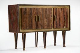 Credenza a due ante con piano in resina effetto corazza di coccodrillo e struttura e gambe in legno di palissandro. #artigianato #madeinitaly #design #legno