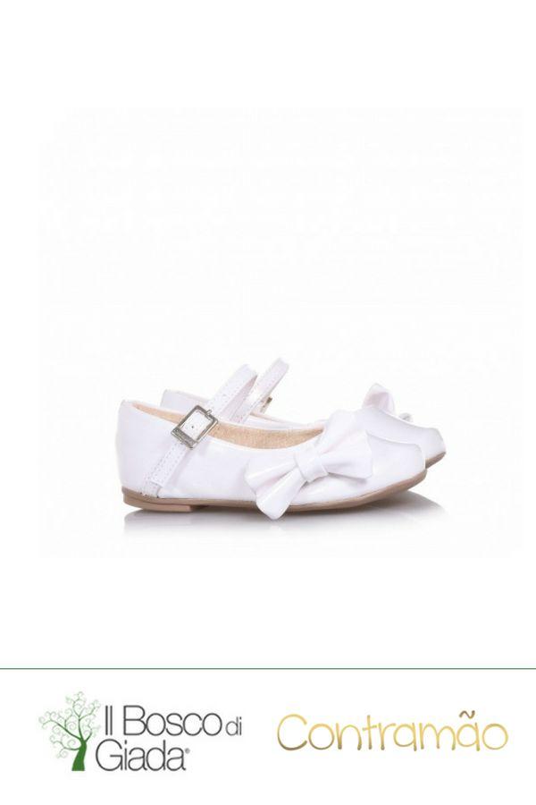 Ballerina bianca Contramao Cerimonia - Ballerina bianca in vernice, con chiusura con fibbia, applicazione di fiocchetto decorativo laterale e suola in gomma Contramao. #scarpeperbambini #scarpeContramao #contramao #scarpecerimonia