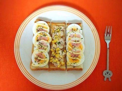 食パンをトーストしてスティック状にカットし、マヨネーズを薄く塗ります。ゆでた卵を薄く切り、ハムを適当な大きさにカットしてのせ、またマヨネーズをかけて完成。ツナ、コーン、マヨネーズを混ぜ、塩、こしょうで味を調えてのせてもおいしそうですね!