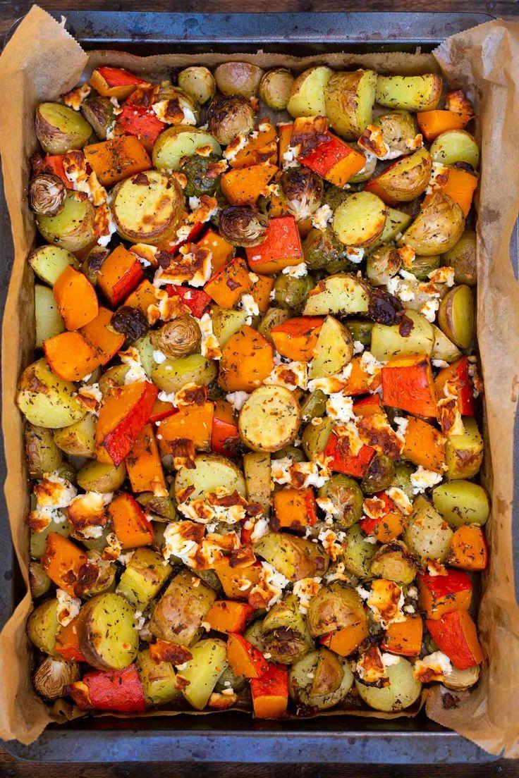 Ofenkartoffeln mit Kürbis, Rosenkohl und Feta