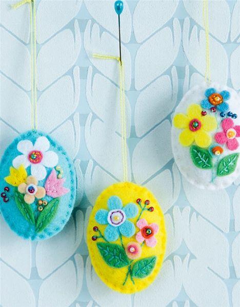 En påskehare, en lille blomsterkrans eller dekorative filtæg. Du kan selv sy påskepynten i filt på en aften.