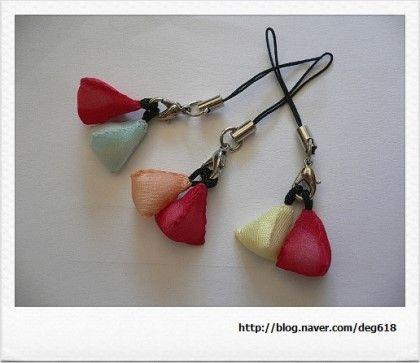 자투리 명주조각이 아까워 꽃수를 놓아 만든 옷핀과 옥사조각으로 만든 휴대폰 고리