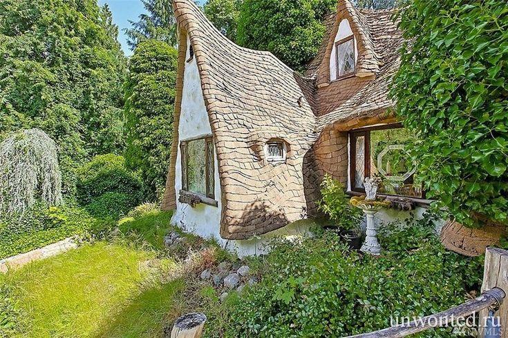 Необычный сказочный дом Белоснежки был построен в 1980-х годах Ричи и Карен Морган, в городе Олалья (Olalla), штат Вашингтон, США. Было бы трудно отрицать, что сказочный домик является продуктом огромного количества любви и преданности.   #необычный интерьер