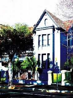 Alfred Park is a beautifully restored heritage building built in 1848 for a whaling boat captain - The new block at the rear is more like motel style accommodation.
