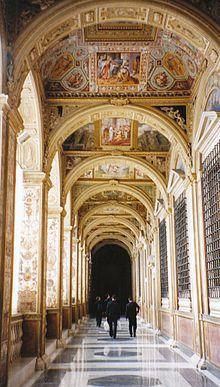 Cortile di San Damaso - La Loggia di Raffaello è un ambiente del secondo piano del Palazzo Apostolico, nella Città del Vaticano, confinante con le Stanze e facente parte del complesso delle Logge.