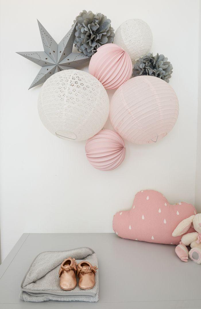 Décoration pastel rose et gris pour une chambre d'enfant #souslelampion #lamp …   – Chambre bb