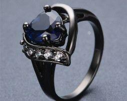 Luxusný prsteň zo zliatiny tmavého zlata so zafírom v tvare srdca