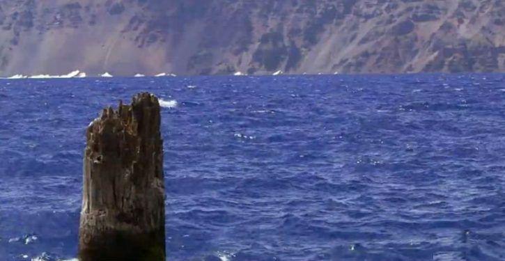 Este tronco flutua na posição vertical há 120 anos, mas ninguém sabe o motivo.  Crater Lake, em Oregon é o lago mais profundo nos Estados Unidos, e sua água é tão azul, que parece que alguém colocou corante nela. Mas seu tamanho e água azul não são as únicas características distintivas do Crater Lake – um toco de árvore têm flutuado verticalmente no lago pelo menos desde 1896, e suporta o peso de uma pessoa em cima.