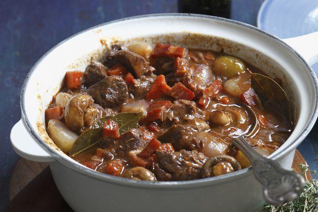 Par temps froid, rien de mieux qu'on bon ragoût de bœuf réconfortant. Ce délicieux ragoût de bœuf comprend du bacon, des champignons, des carottes et des petits oignons blancs dans une sauce brune au vin rouge.
