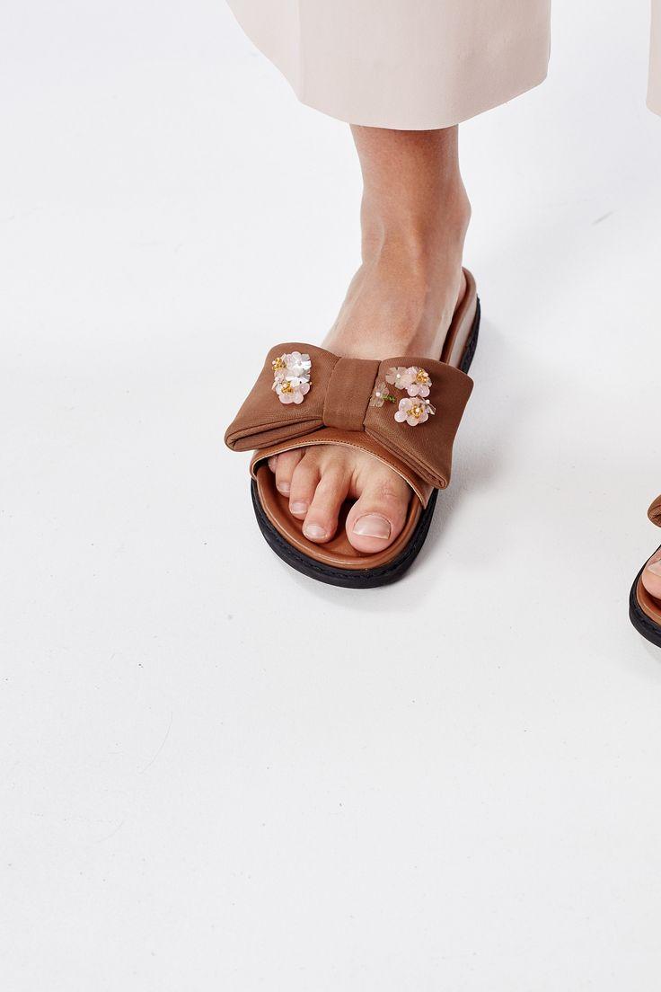 Для контраста носите эти милые сандалии, украшенные бантами, со <a…