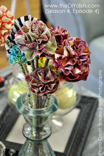Easy fabric flowers.  This would be easy to hot glue on pens.  Great presents for teachers and different from the other flower pens.