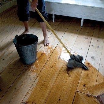 Såpskura golvet - Få detaljer i ett hus betyder så mycket för känslan och stämningen som golvet. Ett skurgolv är ett obehandlat trägolv som genom slitage