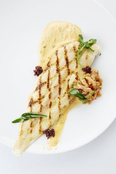 Een overheerlijke gegrilde zeetong met escabeche van girollen en lamsoren, die maak je met dit recept. Smakelijk!