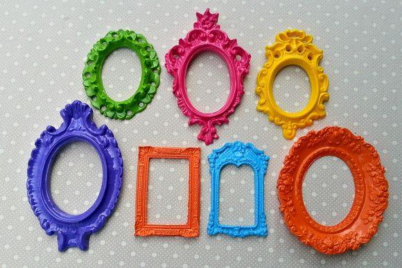 Kit 7 Espelhos Coloridos e Laqueados  Peças lindas feitas em resina. pode ir com ou sem espelho, você decide.    Medidas  Molduras com medidas de 11 x 9 cm à 14 x 9 cm.    Prazo de envio de 3 à 7 dias úteis. R$ 125,00