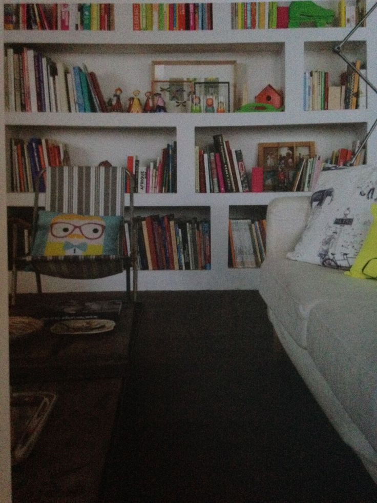 Witte keukenkasten die lijken uit de muur te komen. De asymmetrie van de planken zijn cool.
